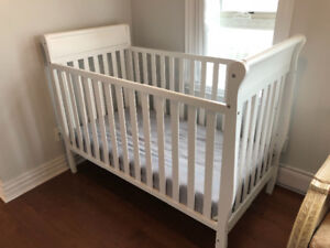 GRACO Baby Crib with Sealy Mattress (Excellent Condition)