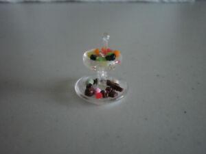 objets miniatures plateau de service en vitre étagé et sucreries