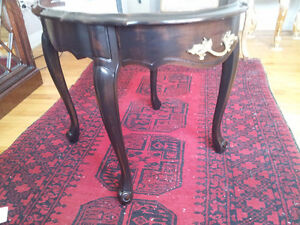 Gorgeous Queen Anne oval side table! Black/ Mahogany