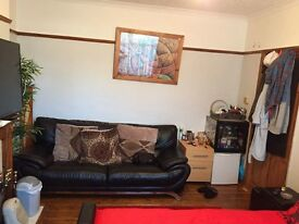 Two double rooms available in a house share minutes walk from west and east Croydon train station