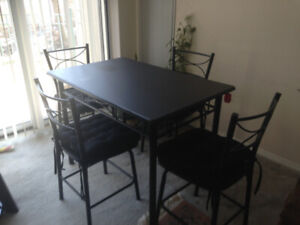 dinning room table and 4 chairs in a great condition