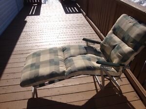 Lawn chair lounger in excellent condition