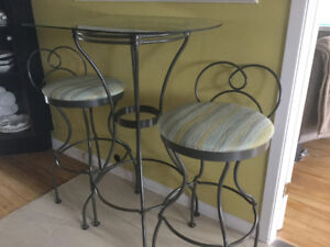Table et tabourets