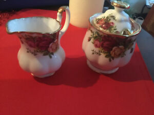 OLD COUNTRY RED ROSES SUAR AND CREAM SET