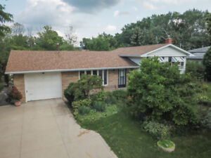 4-LEVEL BACKSPLIT IN GRIMSBY, WITH LOWER LEVEL IN LAW SUITE!