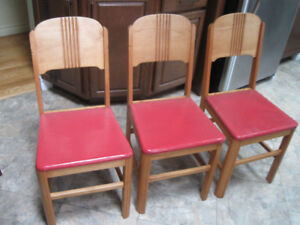 3 SOLIDE WOODEN CHAIRS