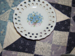 LITTLE CANDY OR SUGAR CUBE DISH WITH LITTLE BLUE FLOWERS ON IT Kingston Kingston Area image 1