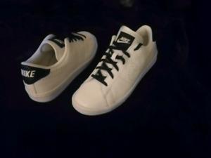 UNISEX Nike Shoes (Neuf/New) Negociable