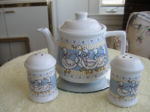 "VINTAGE 3-PC.SET [TEA POT/SALT /PEPPER""RIBBON GEESE COLLECTION"""