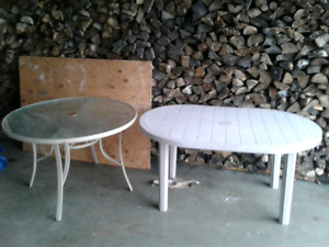 2 tables de patio sans chaise a donner