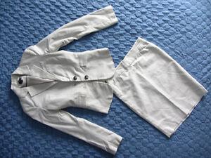 3 robes, 1 tailleur, 3 manteaux (jacket) et 1 pantalon + blouse