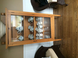 Display cabinet including dishes