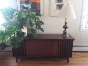 Meuble avec stéréo à l'interieur / phonograph