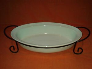 BRAND NEW Ceramic bakeware with metal stand-oval 3.9 l (15 inch)