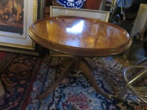 1 SMALL ROUND OAK COFFEE OR SIDE TABLE GREAT CONDITION