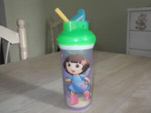 verre de plastique avec paille integree de dora