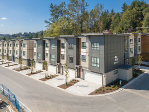 GREAT OPPORTUNITY! END UNIT ABBOTSFORD TOWNHOME