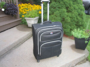 Medium Size Spinner Suitcase (American Tourist) Soft Shell