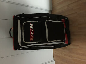 Poche de hockey CCM en excellente condition avec roulettes.