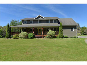 Beautiful Home with Seasonal Views of the St Lawrence River!!!