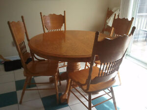 Round Oak table and 6 chairs