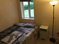 Isle of Dogs: Large Cosy Room 4 mins Walk DLR Mudchute.