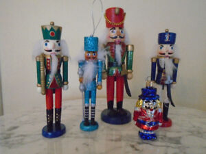 4  Nutcrackers (casse noisette) en bois + 1 ornement