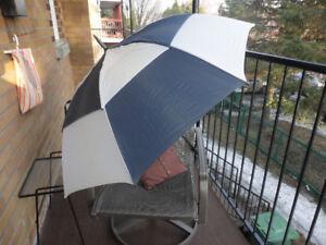 parapluie de golf bleu marin et blanc