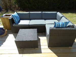 GORGEOUS RESIN WICKER SECTIONAL & COFFEE TABLE *** CAN DELIVER