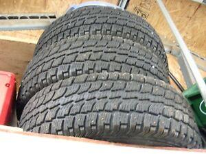4 pneus 235-70-16 avec clous et 4 jantes 5trous.
