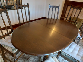 Expanding dining table.