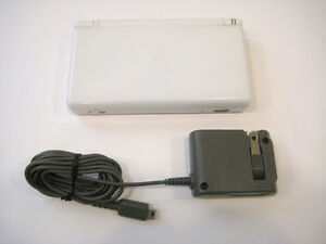 *****WHITE NINTENDO DS LITE + MANY GAMES AVAILABLE!*****