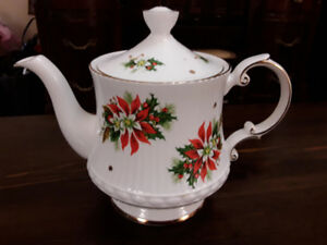 FINE BONE CHINA CHRISTMAS TEAPOT, NOEL - ROYALTY, ENGLAND