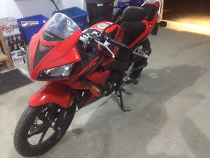Absolutely mint condition, fuel injected Honda CBR 125R Peterborough Peterborough Area image 4