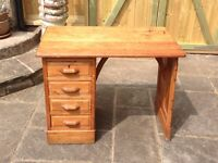 VINTAGE RETRO ANTIQUE SMALL OR CHILDRENS RUSTIC OAK DESK WITH BANK OF DRAWERS