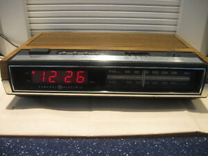 VINTAGE GENERAL ELECTRIC TABLE MODEL AM/FM RADIO