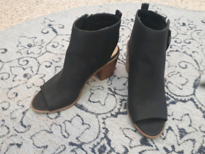 Black open toes leather shoes