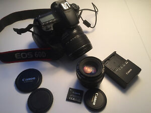 60 D de Canon avec deux lentilles. Une 15-85 mm et une 50 mm f 1