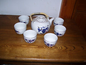 Tea Set (Teapot and 6 Cups)