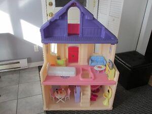 Grosse maison Barbie très solide ***STEP2***...À 100% MEUBLÉ