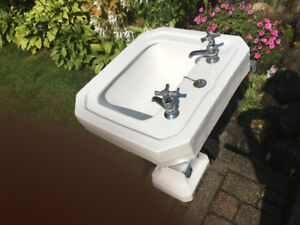 Vintage pedestal sink