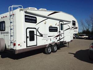 Priced for Quick Sale: Rockwood Signature Ultra Lite 8281 SS