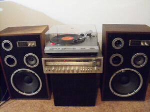 '70'sStereo receiver with speakers and turntable