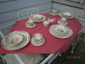 Beautiful vintage wrought iron table and 4 chairs