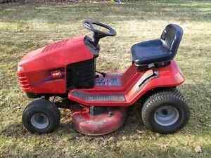 Tracteur à gazon Toro 16 HP.