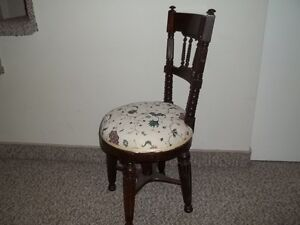Petite chaise antique en bois solide provenant de l'Angleterre.
