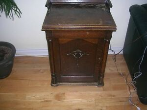 New Royal  Parlor Treadle Sewing Machine 1895-1897