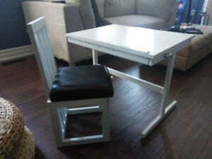 Kid's writing desk and chair