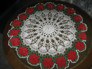 CHARMING OLD VINTAGE PROFESSIONALLY-CROCHETED TABLE CENTERPIECE