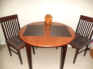 Round Table with 2 Chairs Stratford Kitchener Area image 1